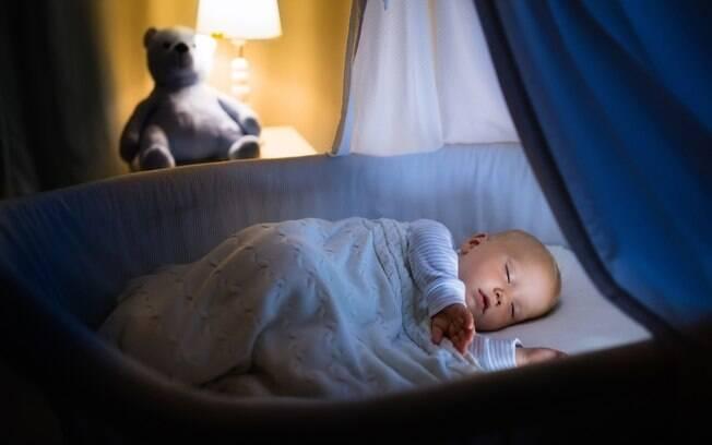 Garantir temperatura e iluminação adequada é fundamental para que a criança tenha uma noite de sono saudável