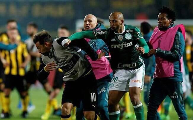 Felipe Melo acerta soco na cara de Myer, meio-campista do Peñarol