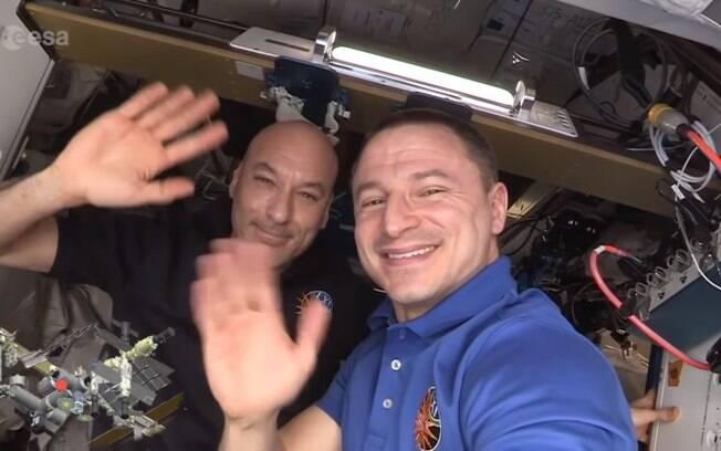 Luca Parmitano e Andrew Morgan se revezaram em tour pela Estação Espacial Internacional