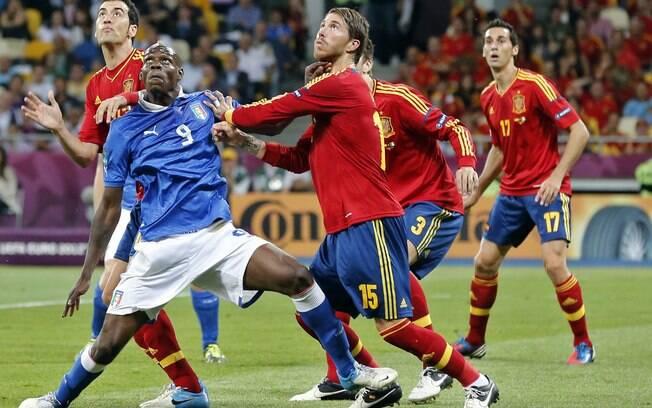 Defensores da Espanha se preocupam com Balotelli após cobrança de  escanteio. Foto  AP 6636470c361d7