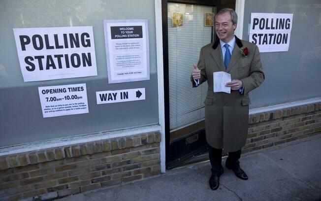 Nigel Farage, líder do Partido da Independência do Reino Unido, posa para os fotógrafos enquanto chega em estação de voto em Ramsgate, sudeste da Inglaterra