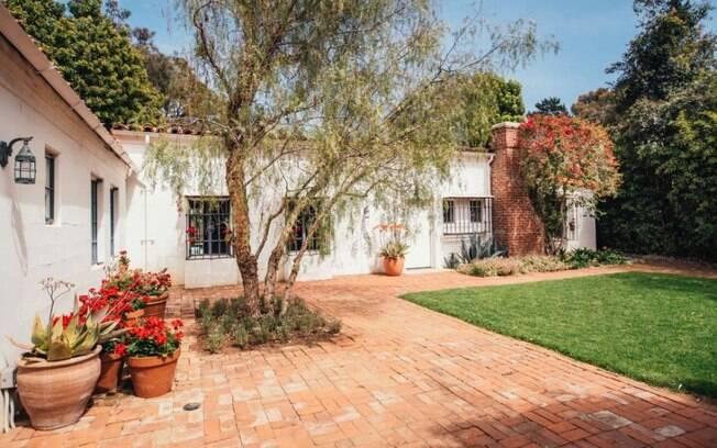 Construída e 1929, a casa foi comprada por Marilyn Monroe em 1962 e foi nela que a atriz faleceu no mesmo ano