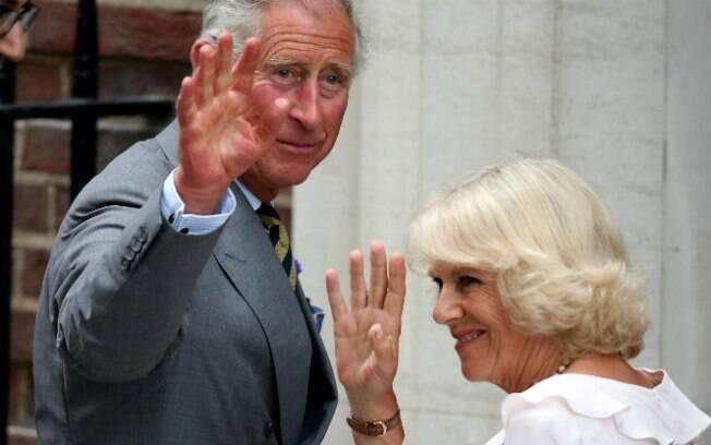 Príncipe Charles e Camila Parker-Bowels visitam o filho de William e Kate
