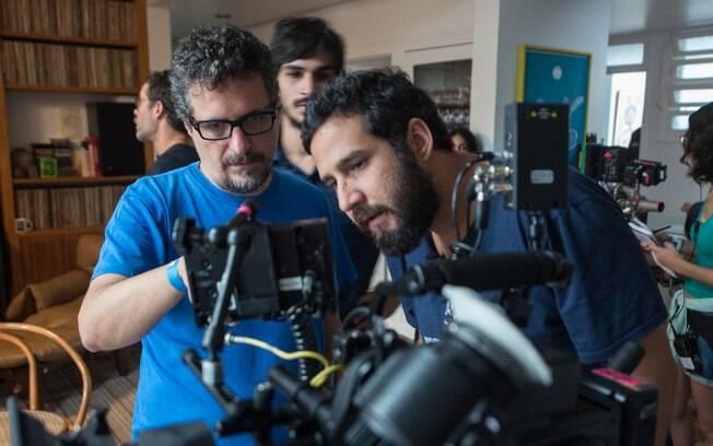 O cineasta Kleber Mendonça Filho, à esquerda, no set de