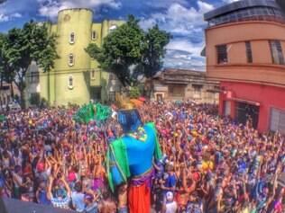 O bloco Pena de Pavão de Krishna enfrentou dificuldades para descer a rua Além Paraíba