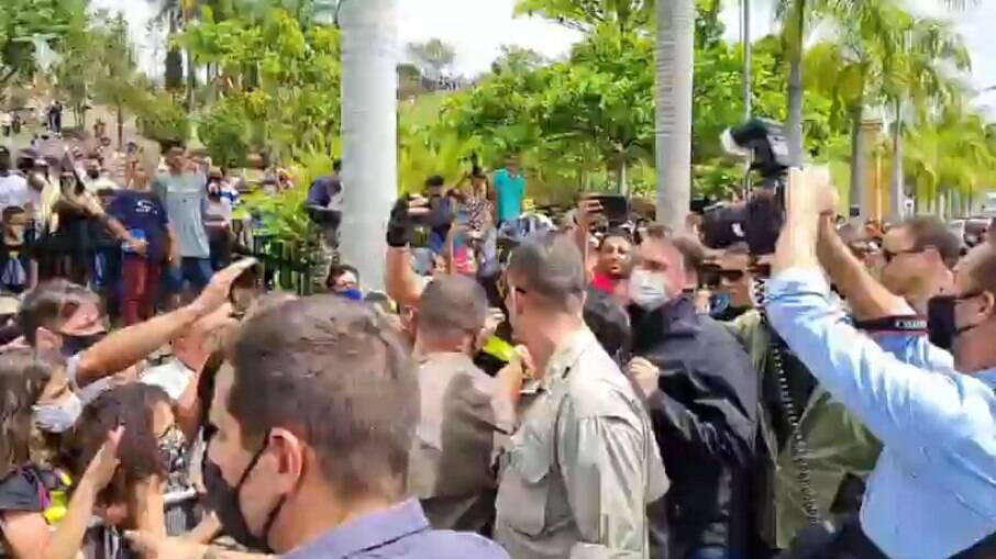 Bolsonaro é recebido por apoiadores em Aparecida