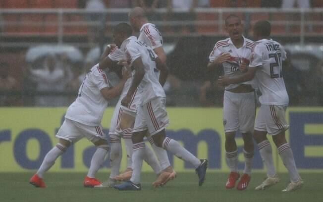 São Paulo e Vasco jogaram debaixo de temporal