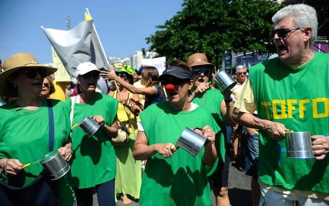 Diversos grupos protestam contra o governo na praia de Copacabana, zona sul do Rio
