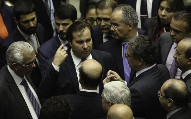 Deputados discutem com o presidente da Câmara, Rodrigo Maia (ao centro)