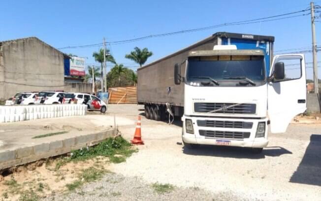 PM recupera carreta roubada com carga de R$ 500 mil em Jaguariúna