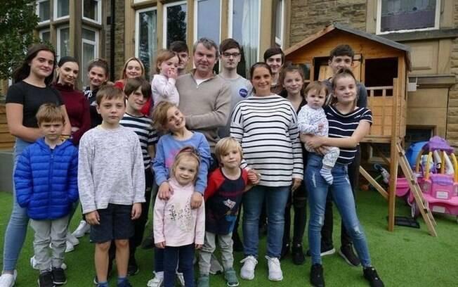 Maior família da Grã-Bretanha, com 22 filhos, tenta se isolar após membros testarem positivo para Covid-19