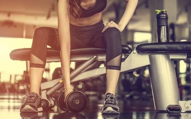 Exercícios físicos ajudam a combater o estresse.  Com a prática de exercícios físicos, o corpo humano libera endorfina