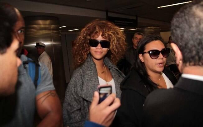 Rihanna desembarca no aeroporto internacioinal de Guarulhos nesta sexta-feira (16) e posa para o celular de um fã