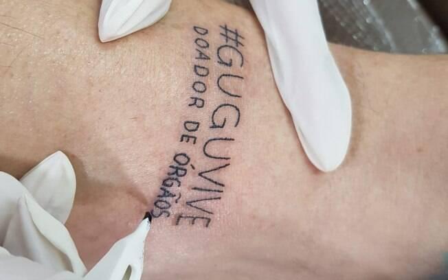 Diretor Goiabinha faz tatuagem em homenagem a Gugu