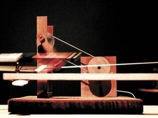Mescla. Exposição une elementos mecânicos e eletrônicos para produção de sons, o principal elemento da mais recente obra do duo