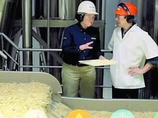 Visita. Grant Imaha foi à fábrica de batatas do McDonald's para descobrir os segredos da guloseima. Lá, ele acompanhou todo o processo de produção, de descascar até congelar as batatinhas