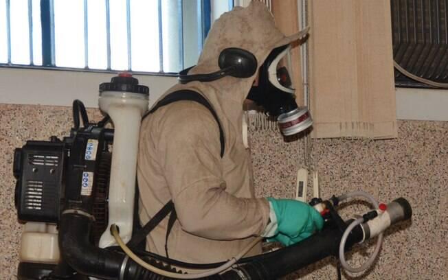 Agente da prefeitura de Cândido Mota faz nebulização em casa na cidade com 3,1 mil casos