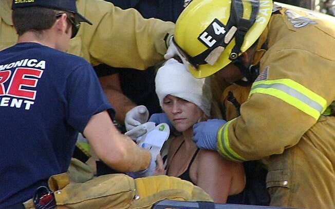 Os brigadistas imobilizaram o pescoço de Reese Witherspoon