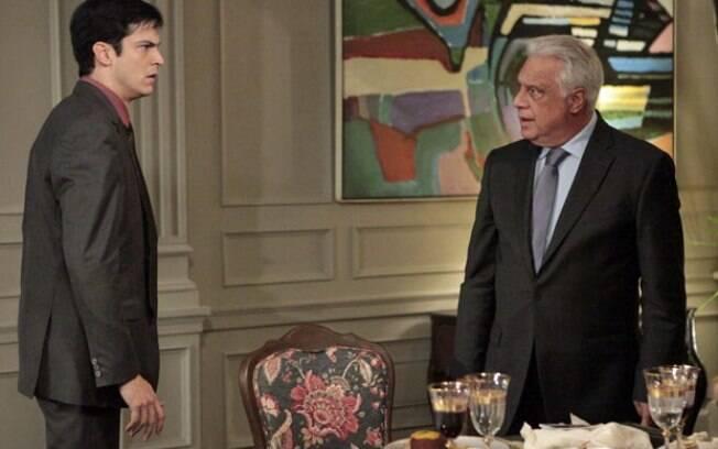Edith tira Félix do armário e César fica fora de si