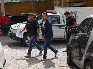 PR - LAVA JATO/PETROBRAS - POLÍTICA - O empresário Fernando Antonio Falcão   Soares, o Fernando Baiano , chega ao Instituto   Médico Legal (IML) de Curitiba(PR), onde o   fará exame de corpo de delito. Ele se   entregou na tarde da última terça-feira à   Polícia Federal no Paraná, informou seu   advogado, o criminalista Mário de Oliveira   Filho. Apontado como lobista e operador do   PMDB no esquema de propinas e corrupção   na Petrobras, Fernando Baiano estava   foragido desde sexta-feira, 14, quando   policiais federais realizaram busca em sua   residência, no Rio de Janeiro.    19/11/2014 - Foto: GERALDO BUBNIAK/AGB/ESTADÃO CONTEÚDO