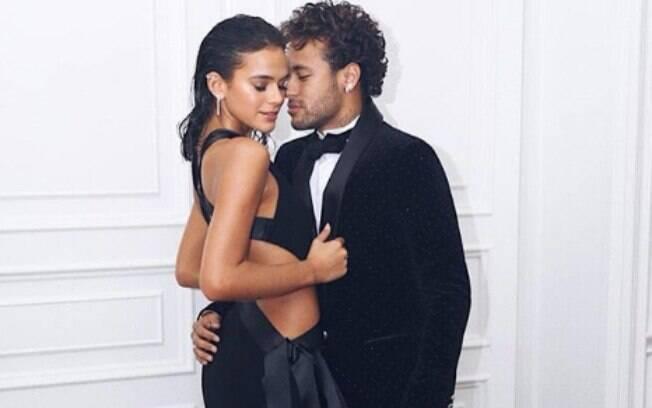 Bruna Marquezine e Neymar na festa luxuosa do jogador em Paris. Casal protagonizou vídeo engraçado na internet recentemente