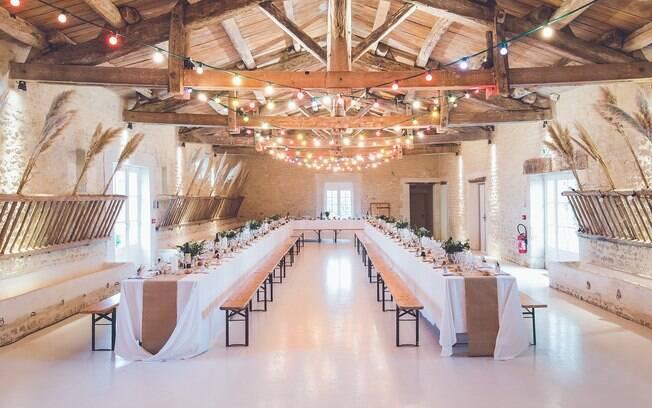 Mesas alongadas, e não redondas, estão sendo usadas para criar clima de reunião de família nas festas de casamento