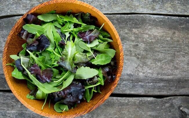 Afinal, qual a melhor folha verde para investir em uma alimentação saudável? Veja quem vence essa briga