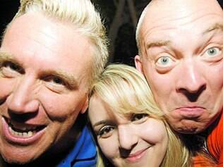 Os ingleses Chris Lloyt e John Stephnson com a estudante Lorena Clice
