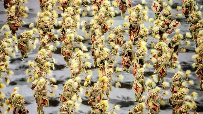 Mocidade Alegre celebra o samba e faz coro em desfile