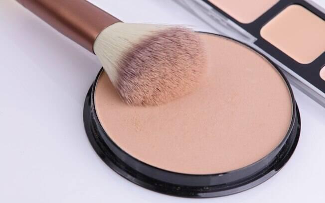 Será que é necessário aplicar pó compacto no rosto após passar a base? Maquiadora explica em qual caso é preciso