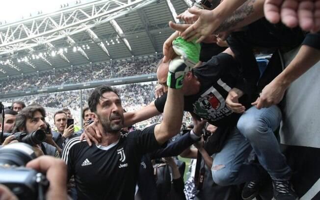 Buffon cumprimenta torcedores antes de fazer sua última partida com a camisa da Juventus