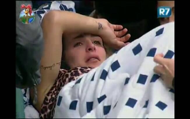 Joana Machado fica triste e vai para o quarto