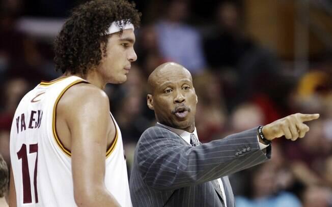 Varejão recebe instruções do técnico Byron  Scott durante jogo do Cavs