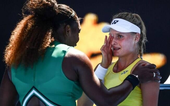 Serena Williams consola Yastremska, de apenas 18 anos, após vencer no Aberto da Austrália