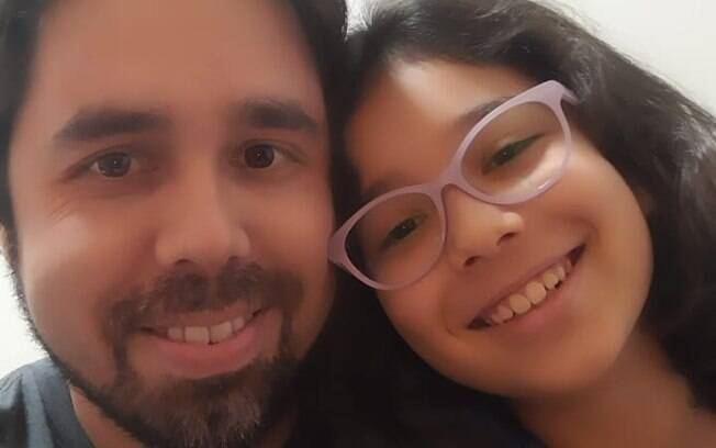 Leonardo e a filha Mariana: milhas trocadas por celular
