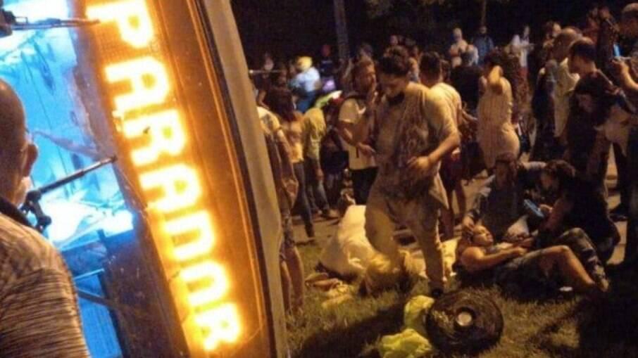 Ônibus do BRT tromba em poste e vira com passageiros na Zona Oeste do Rio