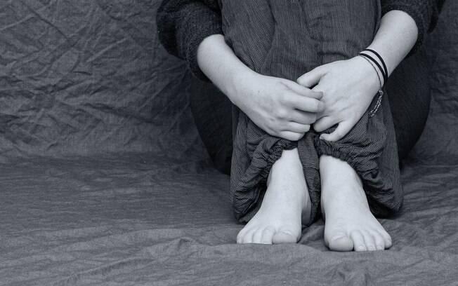 pessoa segurando pés