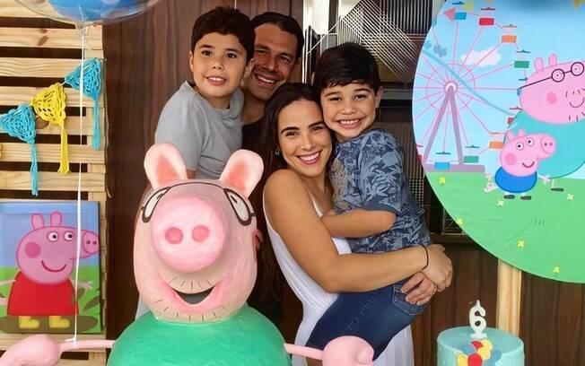 Wanessa Camargo, Marcus Buaiz, João (no colo dela) e José (no colo do pai)