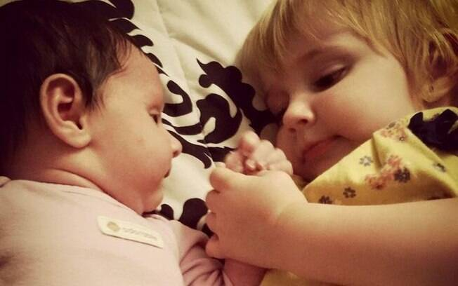 As duas meninas que morreram no início do mês tinham três e um ano de idade; a mãe foi presa nessa quinta
