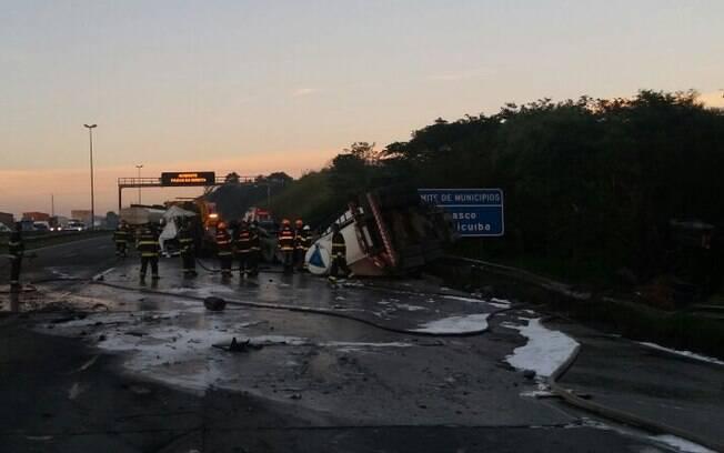 Acidente entre duas carretas interdita trecho do Rodoanel, em São Paulo