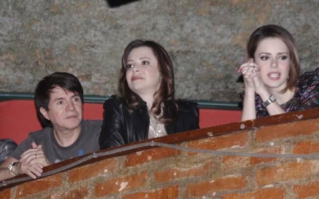 Antes de subir ao palco, Sandy viu o show acompanhada dos pais