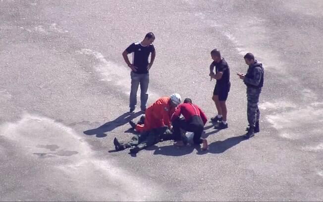 Três vítimas foram resgatadas com vida antes da aeronave afundar e uma quarta ficou presa nas ferragens submersa e precisou passar por massagem cardíaca