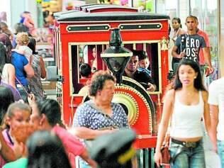 Movimento.   Feriado lotou malls de Contagem e região metropolitana, mas fluxo não resultou em compras