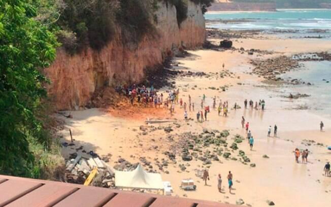 As vítimas foram soterradas após o deslizamento de parte da falésia.