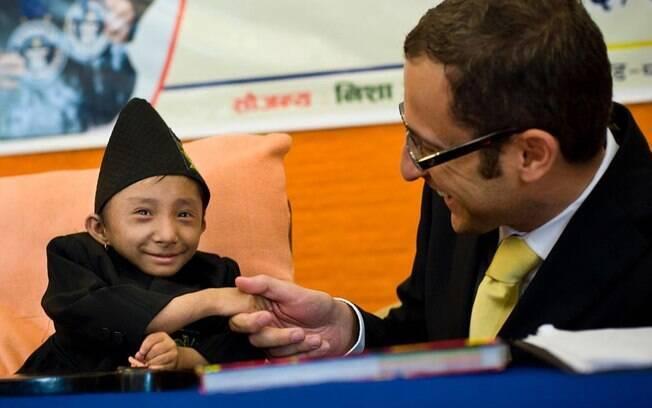 Khagendra Thapa Magar, que era o menor homem do mundo, em 2010, quando foi reconhecido pelo Guinness