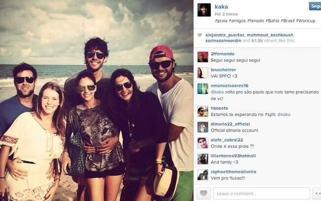 Kaká e Carol Celico entre amigos, na Bahia. A foto é do Instagram do jogador