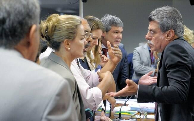 Senadores do PT discutem com Romero Jucá (PMDB) em reunião de comissão sobre a reforma trabalhista