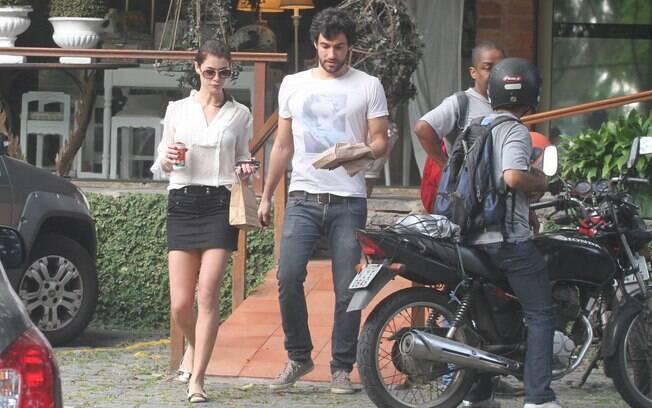 Alinne Moraes e Felipe Simão deixam a confeitaria com algumas comprinhas