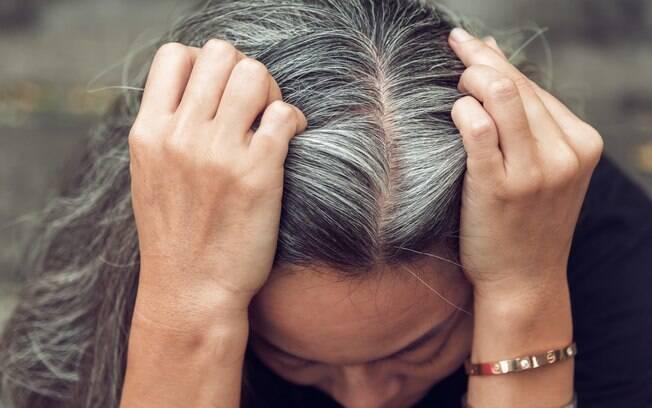 Para deixar os cabelos grisalhos aos poucos, você pode apostar em técnicas de iluminação e clarear a tonalidade dos fios