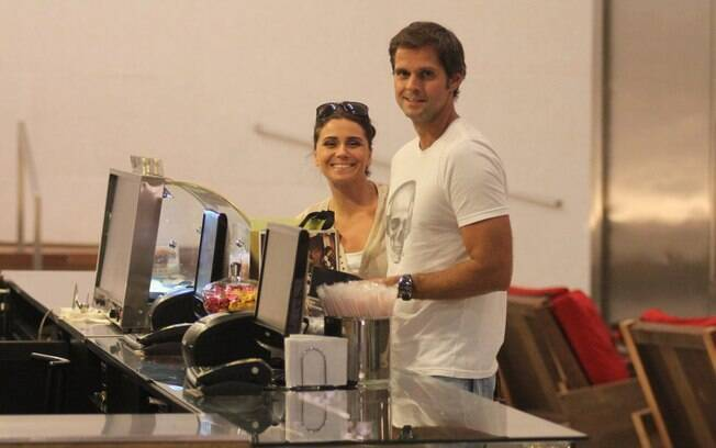 Giovanna Antonelli e o marido compram pipoca antes de entrar no cinema nessa terça-feira (28)